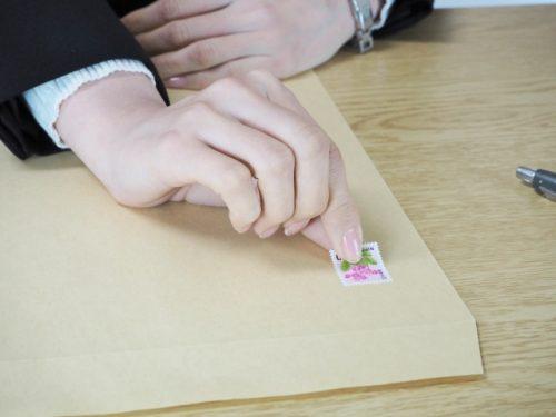 招待状の切手を貼るときのマナー